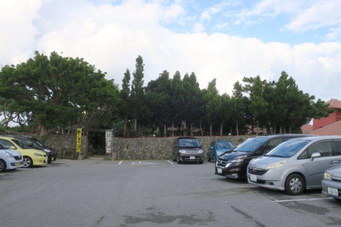読谷「ホテルむら咲むら」の駐車場。