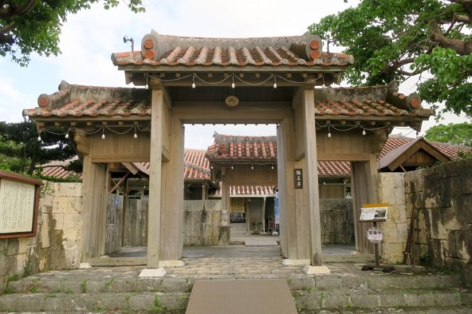 読谷「ホテルむら咲むら」の朝食会場は、琉球武家屋敷・謝名亭でいただく。