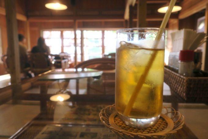 読谷「ホテルむら咲むら」のウェルカムドリンクはさんぴん茶をいただいた。
