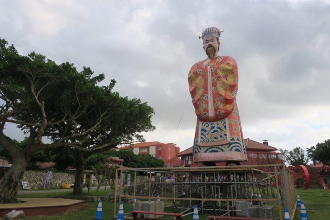 読谷「ホテルむら咲むら」に飾られる巨大な像。
