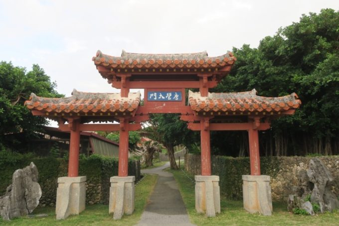 読谷「ホテルむら咲むら」にあった琉球式門は、大河ドラマ「琉球の風」を思い起こさせる。