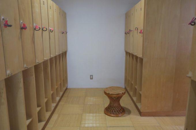 読谷「ホテルむら咲むら」の大浴場施設、癒し工房 銭湯ゆーふるの脱衣所。