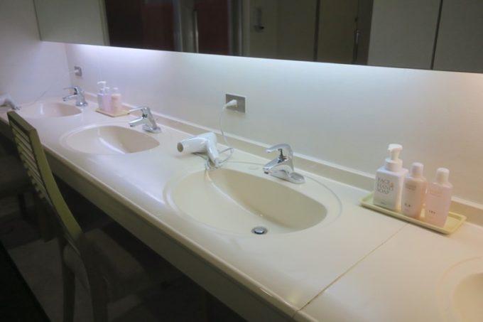 読谷「ホテルむら咲むら」の大浴場施設、癒し工房 銭湯ゆーふるの洗面台付近。