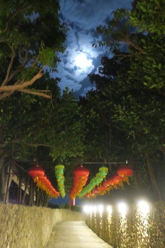 読谷「ホテルむら咲むら」で眺める満月とランタン。