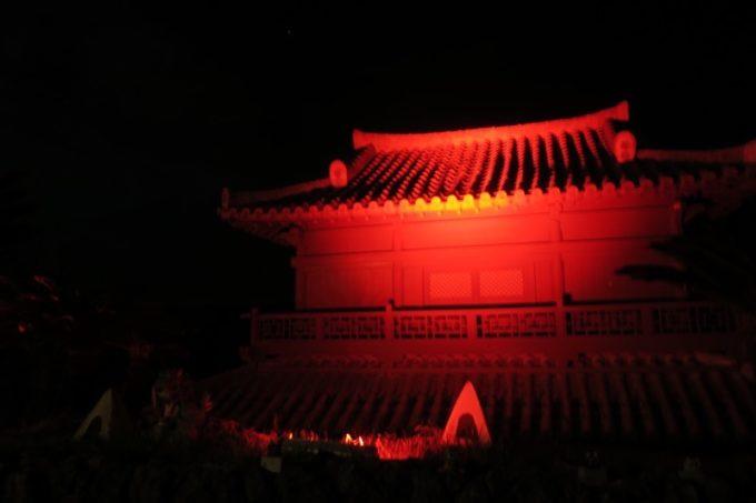 読谷「ホテルむら咲むら」真っ暗な中に赤く浮かび上がる琉球建築。