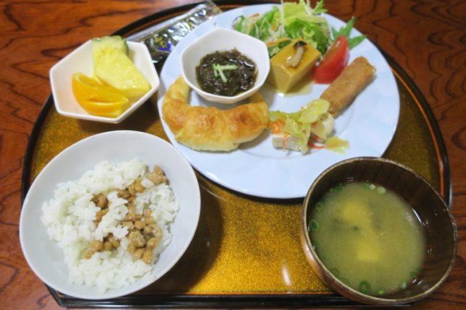 読谷「ホテルむら咲むら」大人用に取り分けた朝食バイキング。