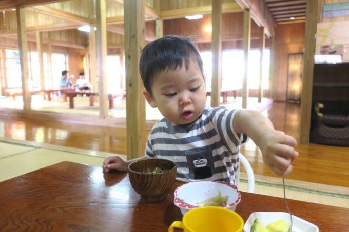 読谷「ホテルむら咲むら」での朝食はお子サマーもパクついていた。