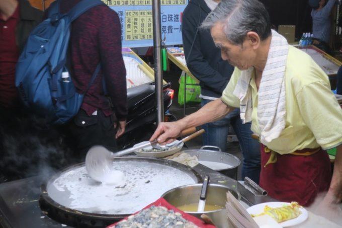 台湾・高雄の「六合夜市」の蚵仔煎の屋台で買って食べることにした。