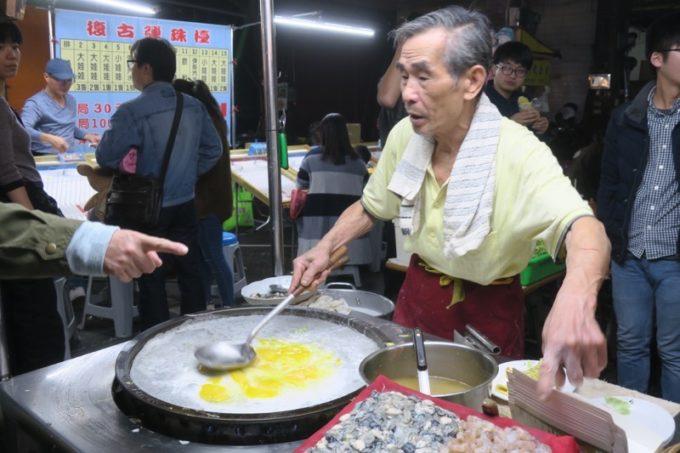 台湾・高雄の「六合夜市」の蚵仔煎の屋台のおじちゃん。