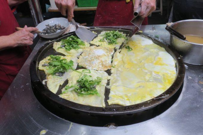 台湾・高雄の「六合夜市」の蚵仔煎を適当にカットし青菜を包み込む。