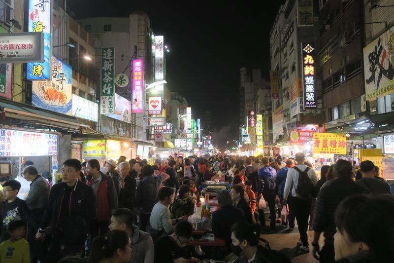 台湾・高雄の「六合夜市」にどんどん人が集まってくる。
