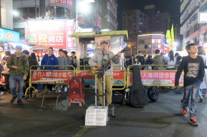 台湾・高雄の「六合夜市」で日本の歌を歌うストリートミュージシャン。