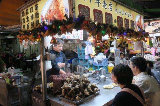 台湾・高雄「六合夜市」にあったちまきの屋台。。