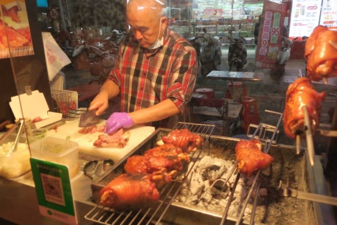 台湾・高雄の「六合夜市」の德國豬腳は、豚のモモ肉を炙って焼いている。