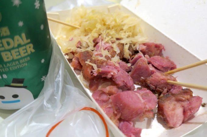 台湾・高雄の「六合夜市」德國豬腳で中份(TWD150)を購入。味付けはソルト&ペッパー、添え物はザワークラウトにした。