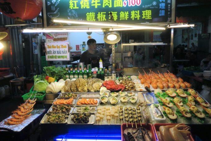 台湾・高雄「六合夜市」にあった牛肉麺や海鮮の屋台。
