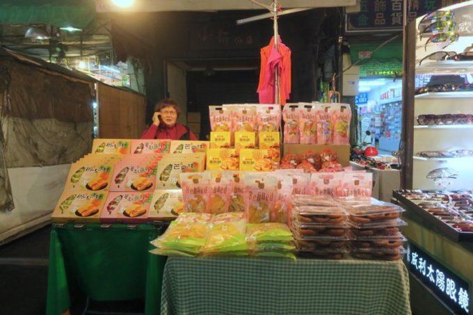 台湾・高雄の「六合夜市」のお土産屋台に座るおばちゃん