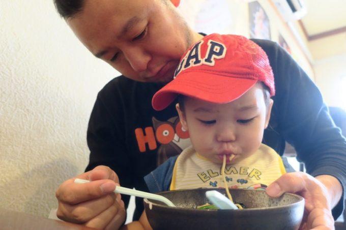 那覇・曙「麺処 みな家」のらーめんを食べるお子サマー。