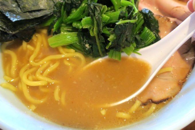 那覇・曙「麺処 みな家」濃すぎず食べやすい豚骨醤油のスープ。