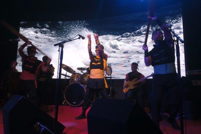 北谷・美浜「りんけんバンドショウ」はステージと映像を組み合わせて楽しめる。