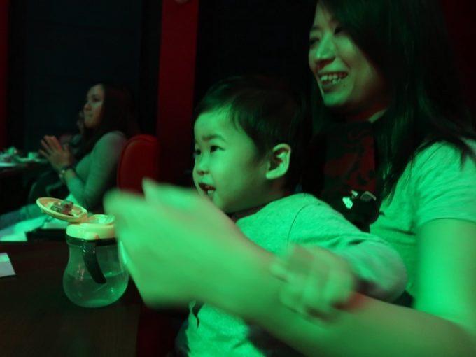 北谷・美浜「りんけんバンドショウ」に食い入るお子サマーとカーチャン。