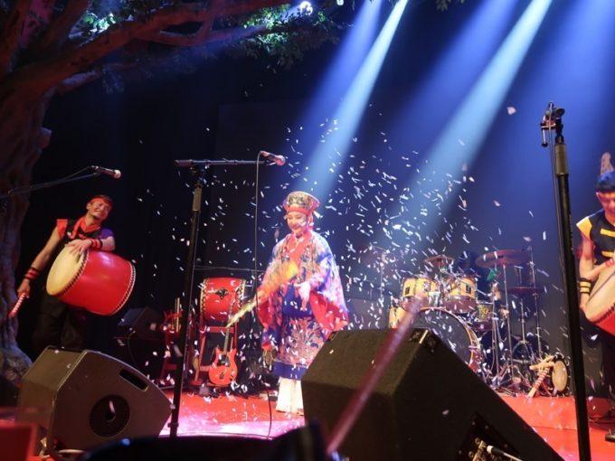 北谷・美浜「りんけんバンドショウ」のステージに花吹雪が舞った。