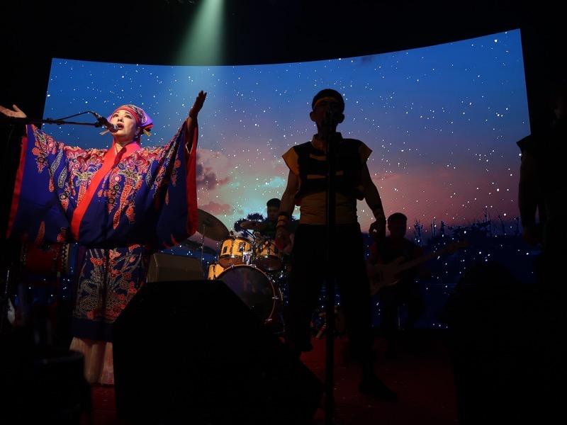北谷・美浜「りんけんバンドショウ」太陽が沈みゆき、ライブも終盤を迎えた。