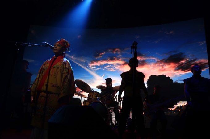 北谷・美浜「りんけんバンドショウ」のスクリーンはLEDパネルで、映像がとっても美しい。