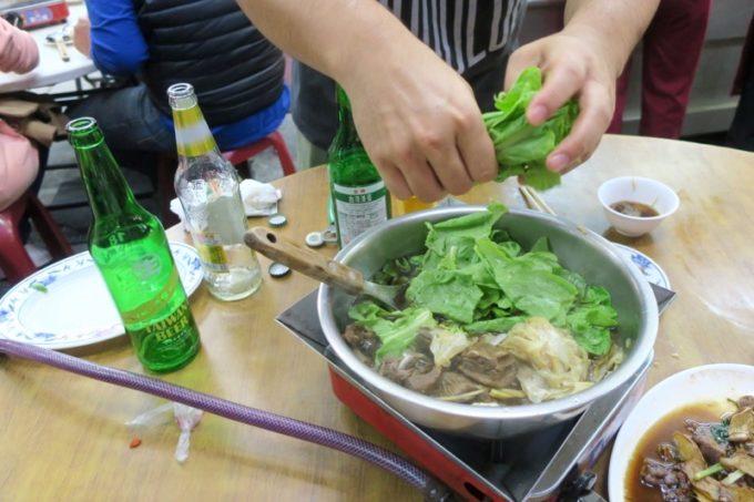 台湾・高雄「水源羊肉爐」原汁羊肉爐(二人前500元)はざっくりな感じで野菜を入て食べる。