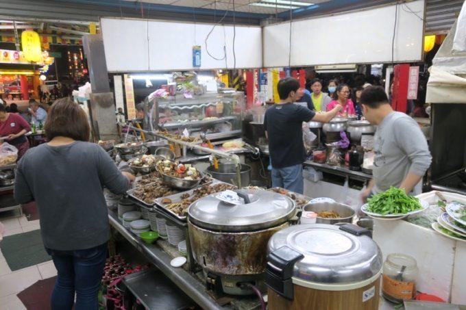 台湾・高雄「水源羊肉爐」の調理場は大忙し。