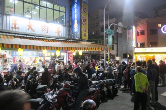 台湾・高雄「水源羊肉爐」では持ち帰りの行列ができていた。