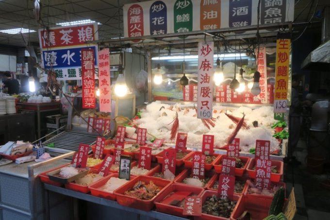 台湾・高雄「水源羊肉爐」の店先にある魚売り場。
