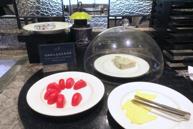 台湾・高雄「リーズホテル(麗尊酒店)」艾可柏菲(CERCLE)の朝食ビュッフェのチーズ。