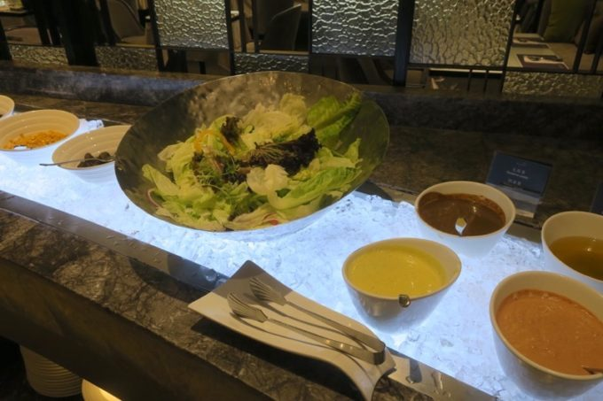 台湾・高雄「リーズホテル(麗尊酒店)」艾可柏菲(CERCLE)の朝食ビュッフェのサラダコーナー