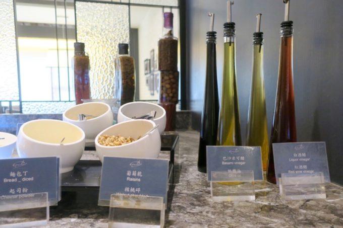 台湾・高雄「リーズホテル(麗尊酒店)」艾可柏菲(CERCLE)の朝食ビュッフェのドレッシングやビネガー。