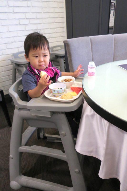 台湾・高雄「リーズホテル(麗尊酒店)」艾可柏菲(CERCLE)の朝食ビュッフェではキッズチェアの貸し出しをしてくれる。