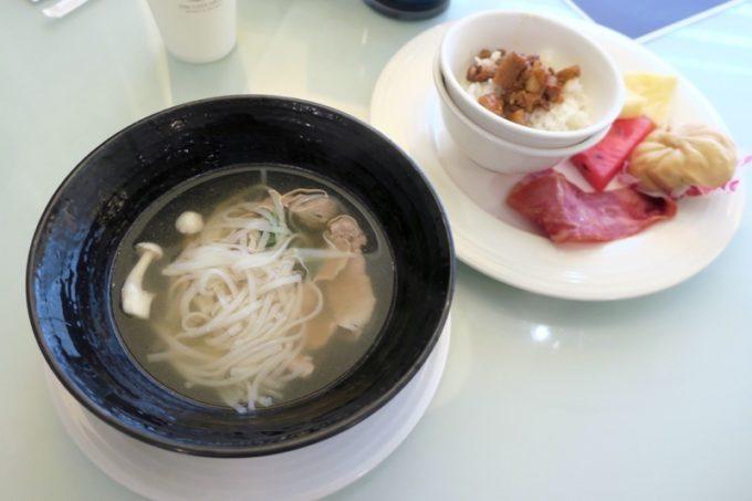 台湾・高雄「リーズホテル(麗尊酒店)」艾可柏菲(CERCLE)の朝食ビュッフェでお子サマー用に取り分けてきた食事。