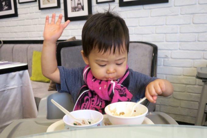 台湾・高雄「リーズホテル(麗尊酒店)」艾可柏菲(CERCLE)の朝食がおいしいと意思表示するお子サマー。