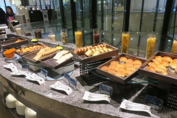 台湾・高雄「リーズホテル(麗尊酒店)」艾可柏菲(CERCLE)の朝食ビュッフェのパンコーナー