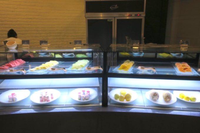 台湾・高雄「リーズホテル(麗尊酒店)」艾可柏菲(CERCLE)の朝食ビュッフェの様子(乳製品・フルーツコーナー)