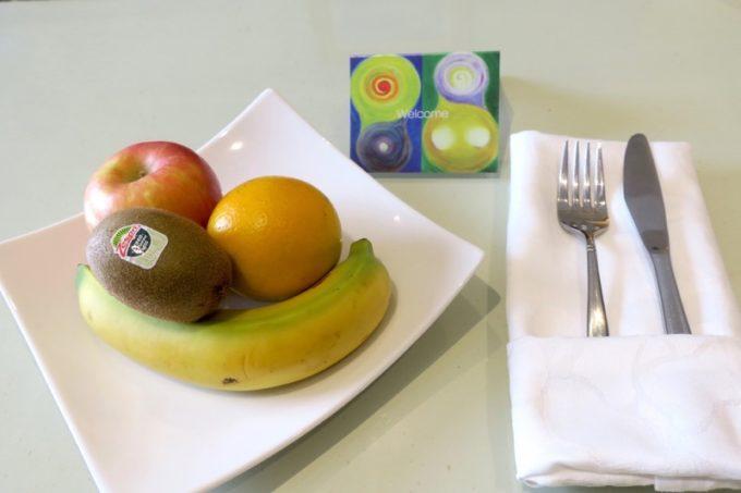 台湾・高雄「リーズホテル(麗尊酒店)」20階のデラックスダブルルームにはウェルカムフルーツが添えられていた。