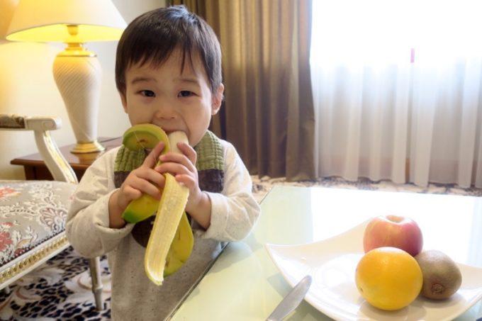 台湾・高雄「リーズホテル(麗尊酒店)」20階のデラックスダブルルームのフルーツにかぶりつくお子サマー。