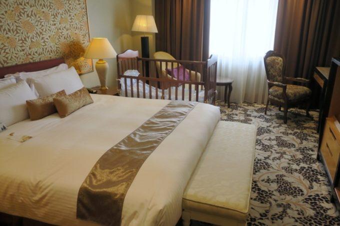 台湾・高雄「リーズホテル(麗尊酒店)」20階のデラックスダブルルームのベッドルーム。