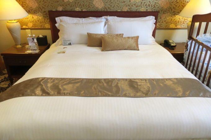 台湾・高雄「リーズホテル(麗尊酒店)」20階のデラックスダブルルームのダブルベッド。