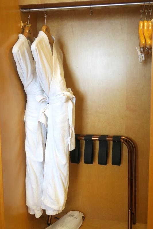 台湾・高雄「リーズホテル(麗尊酒店)」デラックスダブルルームのクローゼット内にあったバスローブ。