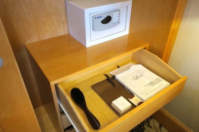 台湾・高雄「リーズホテル(麗尊酒店)」デラックスダブルルームのクローゼットにあった衣装ケースなど。