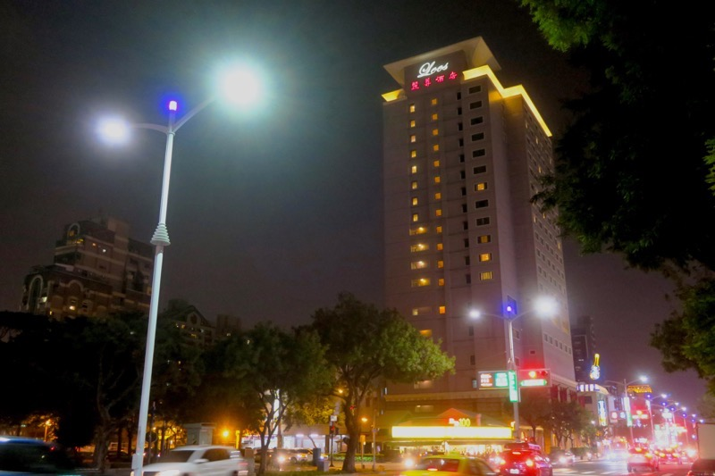 台湾・高雄「リーズホテル(麗尊酒店)」の外観(夜間)