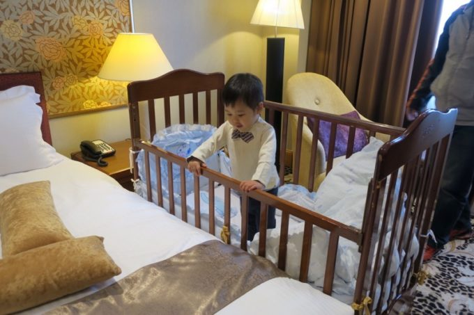 台湾・高雄「リーズホテル(麗尊酒店)」ベビーベッドに入ってみるお子サマー。