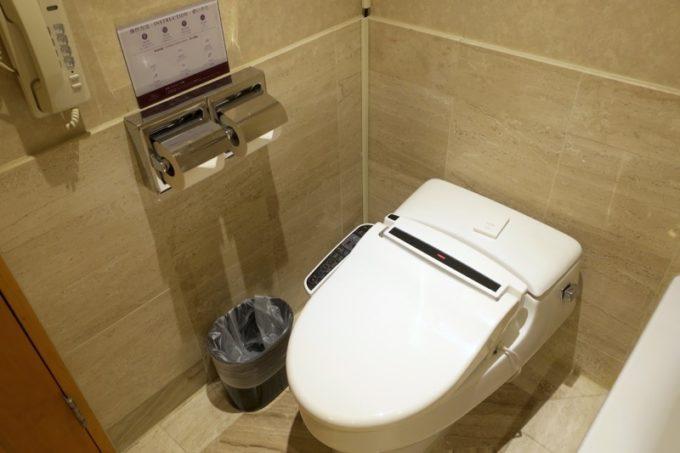 台湾・高雄「リーズホテル(麗尊酒店)」デラックスダブルルームのバスルームにある温水洗浄機能付きトイレ。