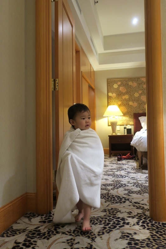 台湾・高雄「リーズホテル(麗尊酒店)」入浴後、タオルでぐるぐる巻きになったお子サマー。